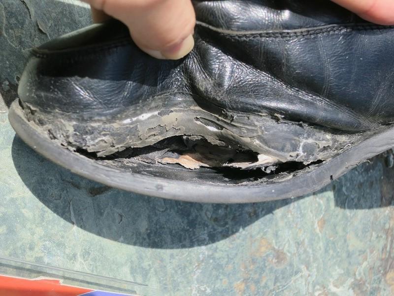 靴底の剥がれをシューグーで補修してみました。